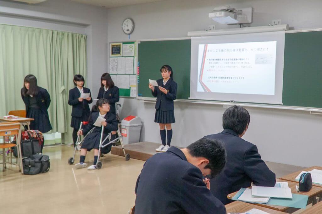 プレゼンをする東京学館高校の生徒たち