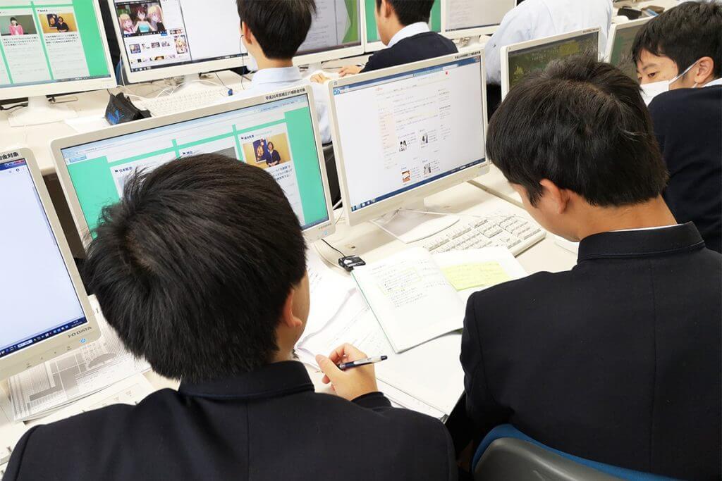 リサーチをする岩倉高校の生徒たち