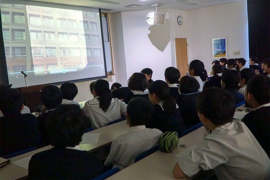 プレゼンをする淑徳巣鴨中学校の生徒たち