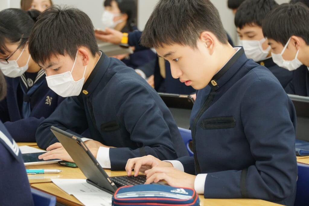 リサーチをする成田高等学校付属中学校の生徒たち