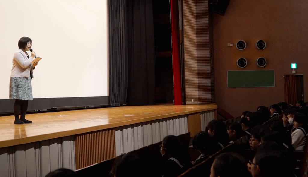 共立女子中学校の生徒たちのプレゼンにコメントをする森永乳業の社員