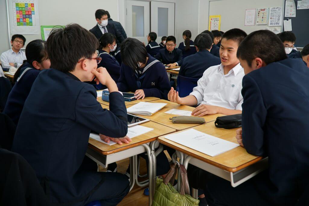 ディスカッションをする成田高等学校付属中学校の生徒たち