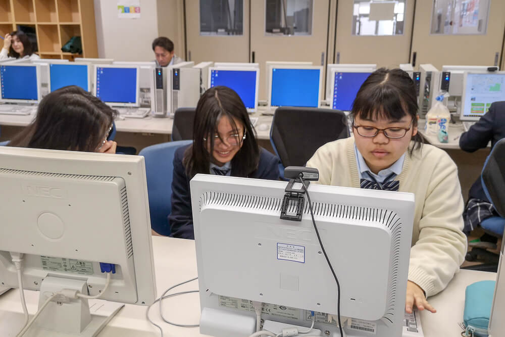 パソコンで準備をする京都両洋高校の生徒たち