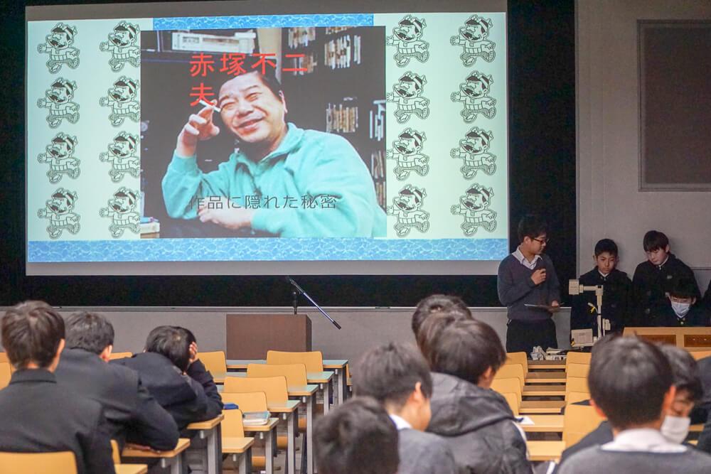 赤塚不二夫について発表する暁星中学校の生徒たち