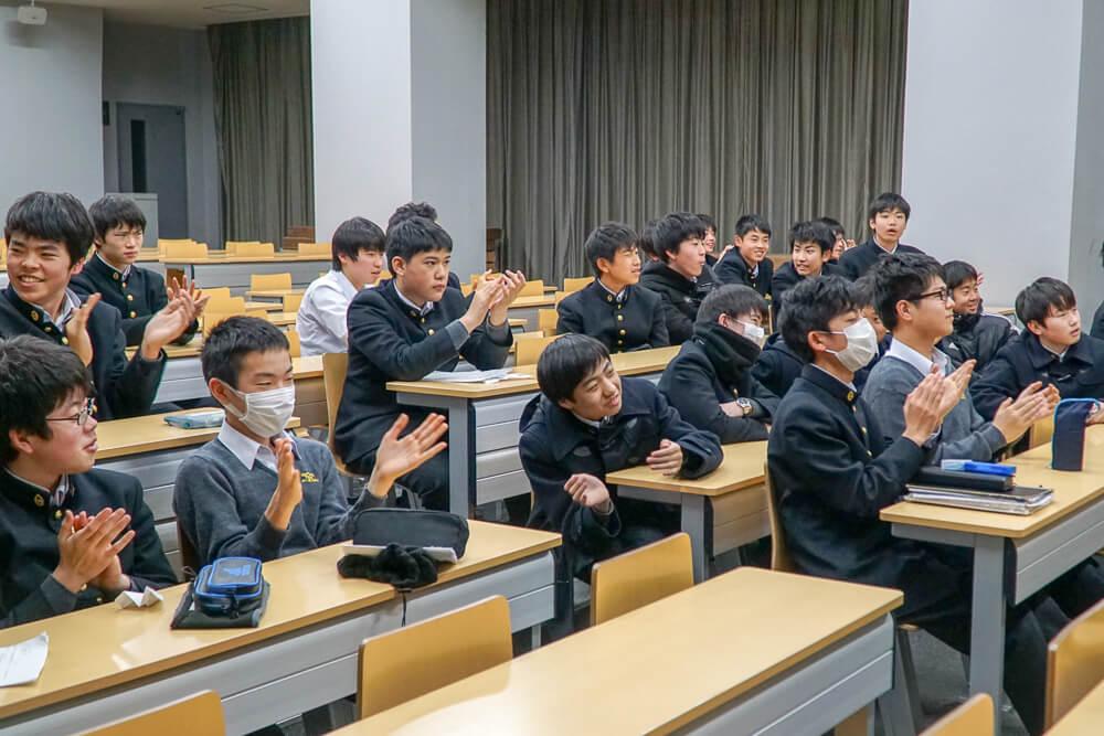拍手する暁星中学校の生徒たち
