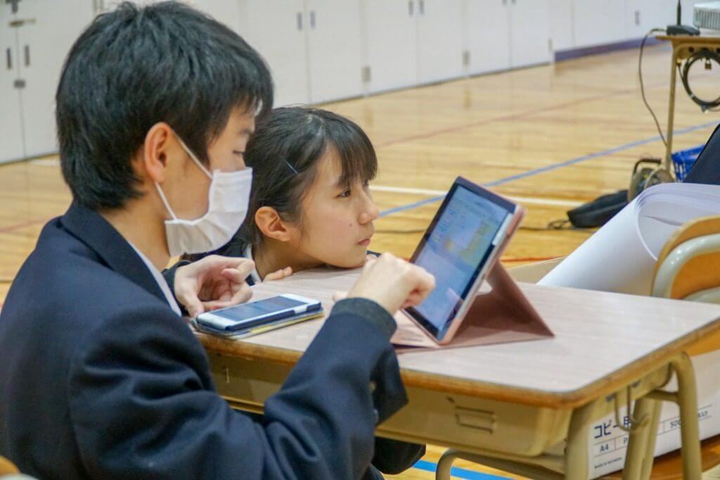 準備をする東京学館高校の生徒たち
