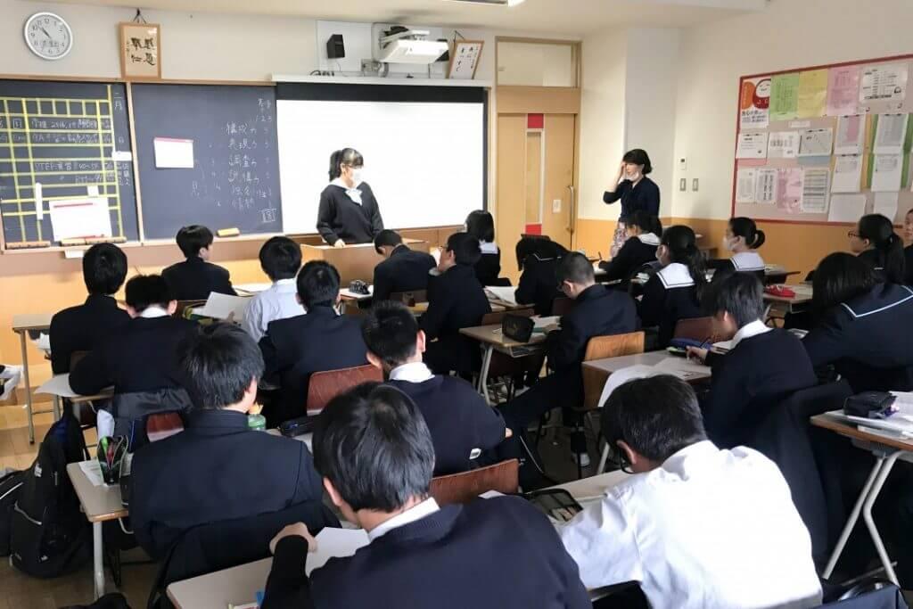 教室で自分史を発表する淑徳巣鴨中学校の生徒たち