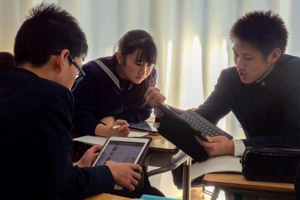 リサーチをする成田高校付属中学校の生徒たち