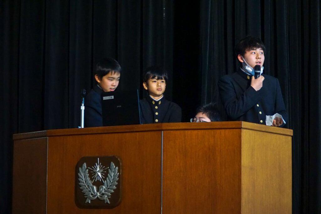 プレゼンをする暁星中学・高校の生徒たち
