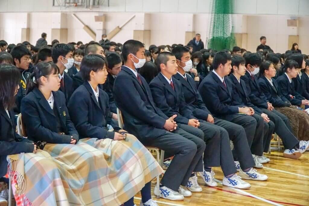 プレゼンを聞く東京学館高校の生徒たち