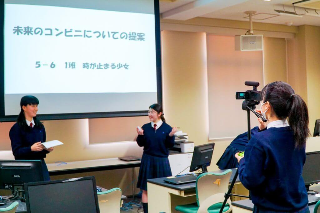 プレゼンをする江戸川女子高校の生徒たち