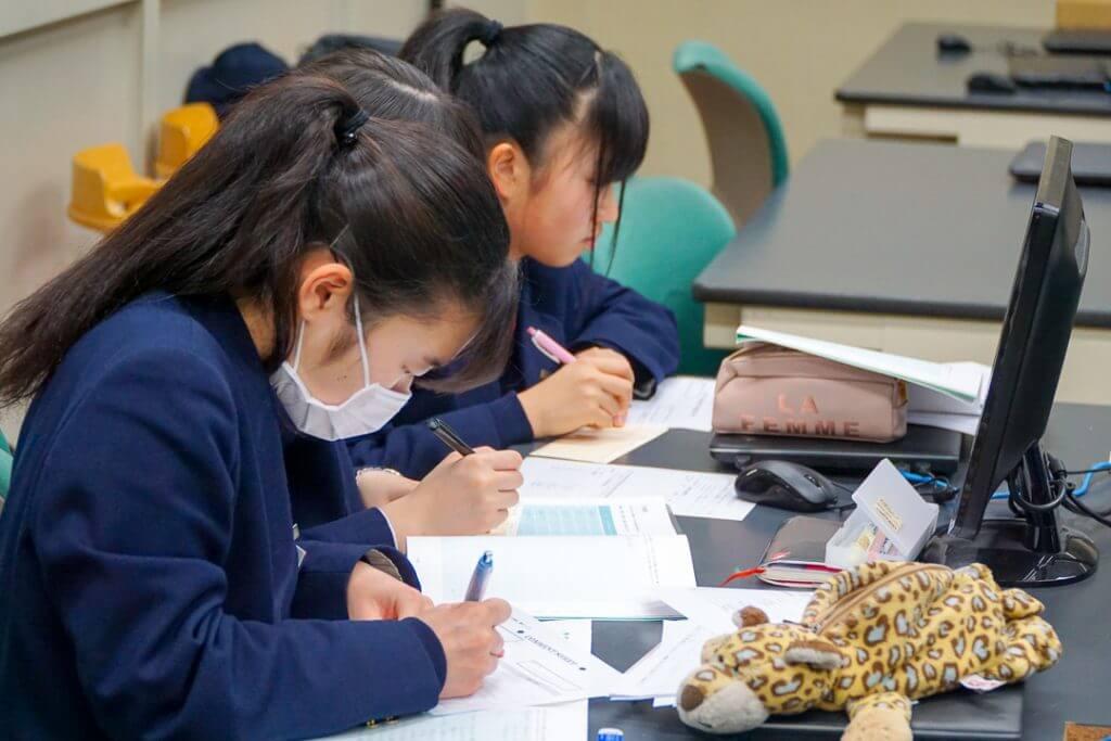 メモを取る江戸川女子高校の生徒たち