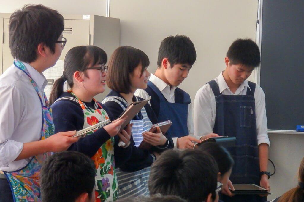 プレゼンをする成田高校付属中学校の生徒