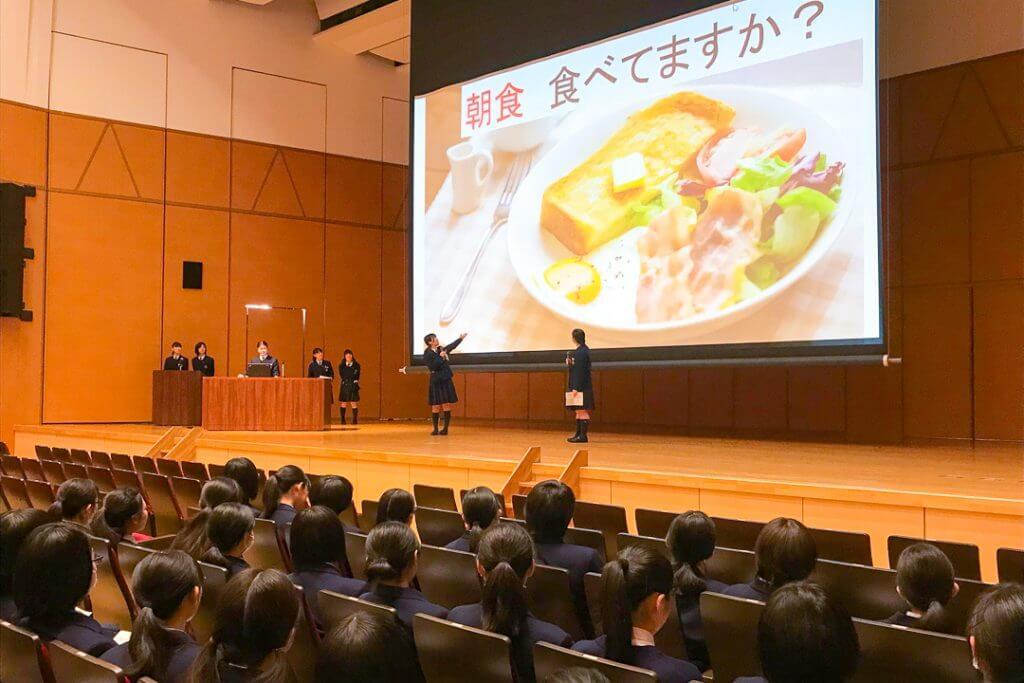 学年発表会でプレゼンする江戸川女子高校の生徒たち