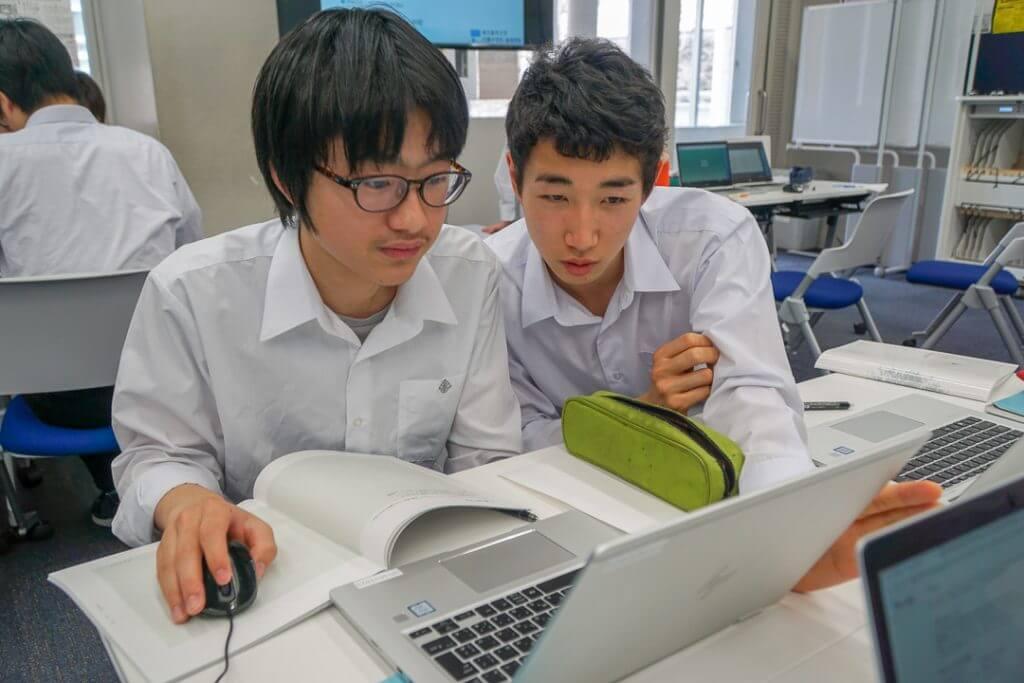 映画の予告編を見る東京都市大学付属高校の生徒たち