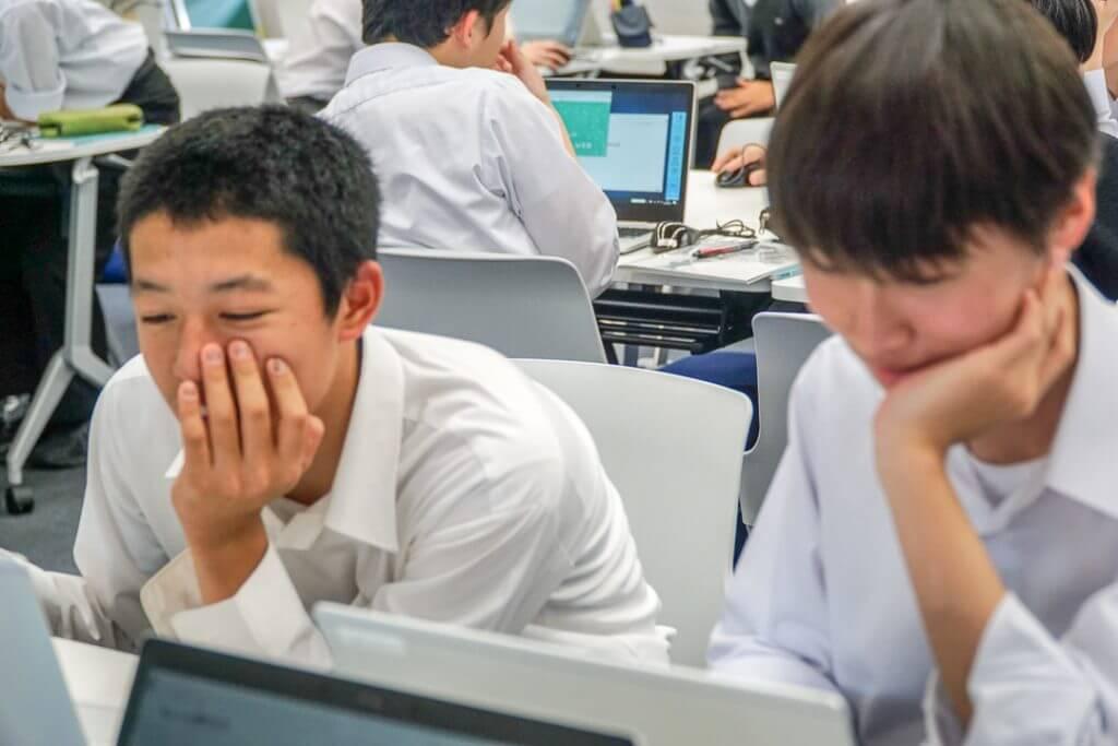 調べてアイディアを膨らます東京都市大学付属高校の生徒