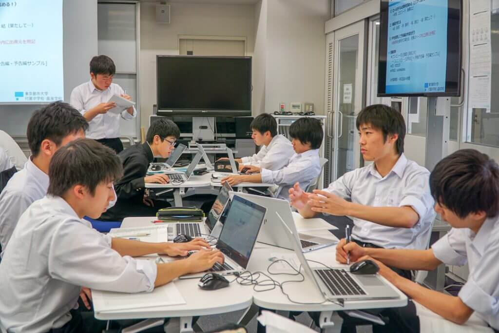 調べる東京都市大学付属高校の生徒たち