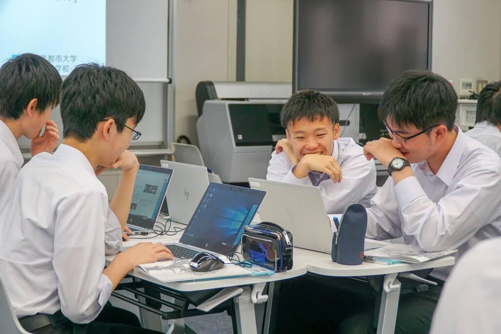 笑う東京都市大学付属高校の生徒たち