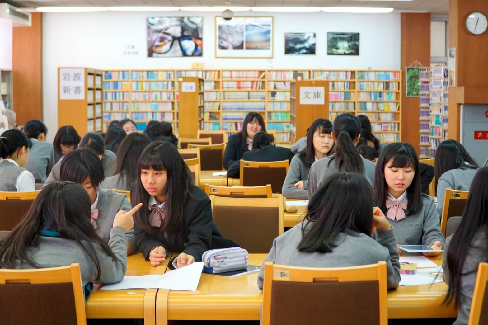 図書室でグローバルな探究学習をしている生徒たち