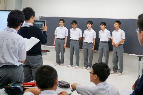 プレゼンをする足立学園中学校の生徒たち
