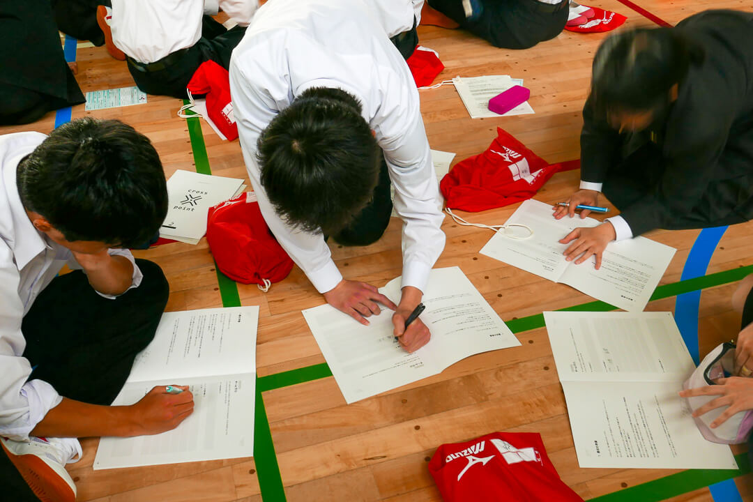 ワークシートにきにゅうする生徒たち