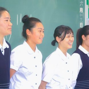 プレゼンをする東京学館高校の女子生徒