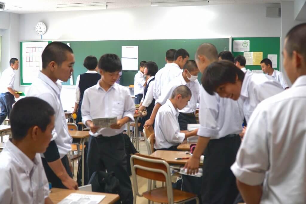 話し合いをする東京学館高校の生徒たち