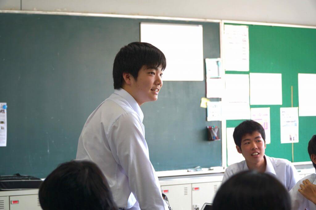 教室で発言をする東京学館高校の生徒