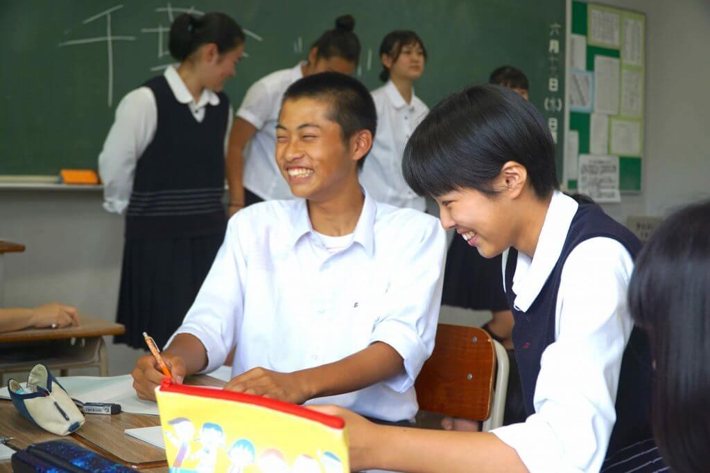 話をまとめる東京学館高校の生徒