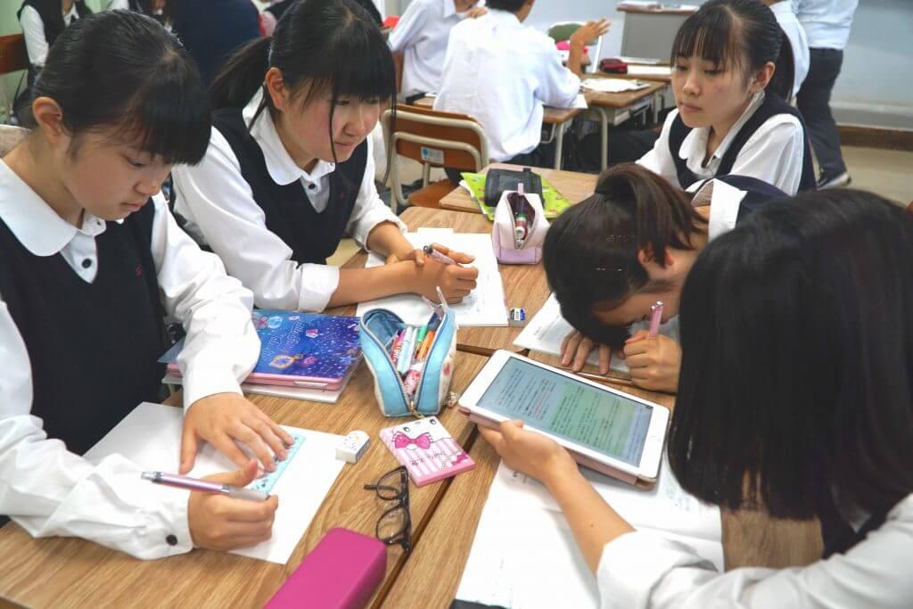課題に取り組むはじめた東京学館高校の生徒たち