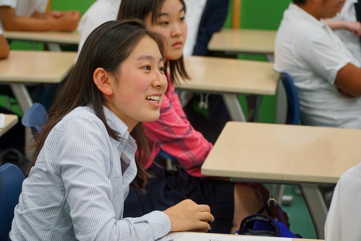 質問をする玉川学園高等部の生徒たち