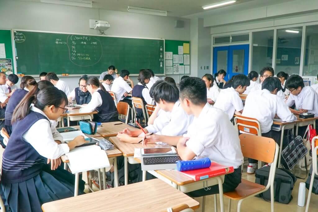 リサーチをする生徒たちの教室