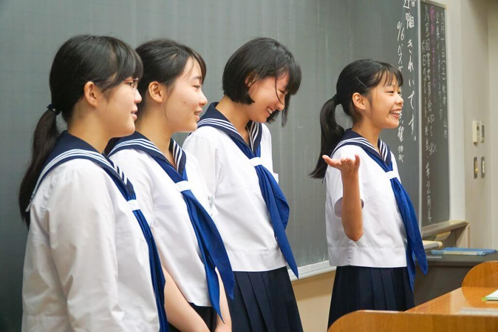 教室でプレゼンテーションをする生徒たち