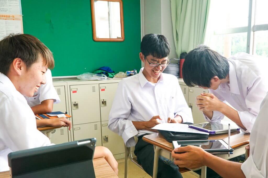 地域の歴史に思いを馳せる生徒たち