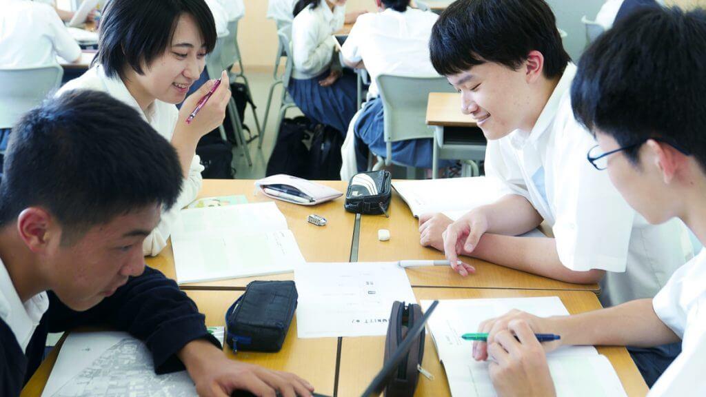 インターン先企業を選ぶ生徒たち