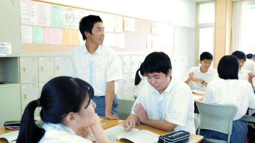 クラスでチーム名を発表する生徒