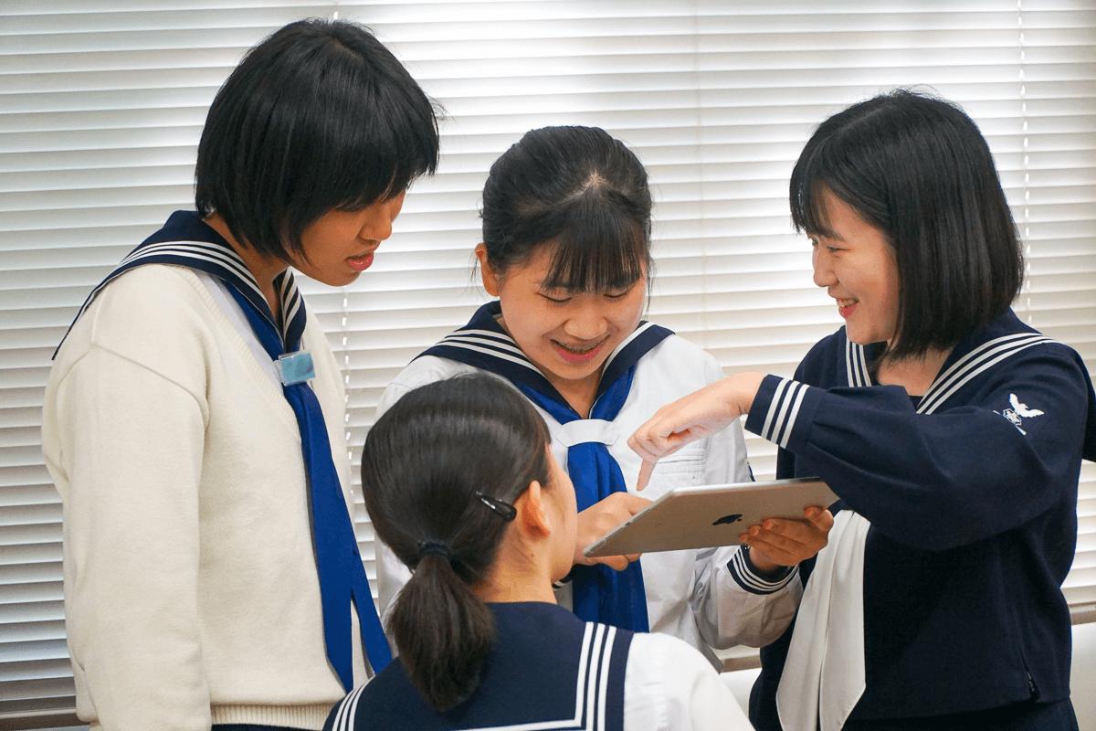 プレゼンの準備をする共立女子中学校の生徒たち