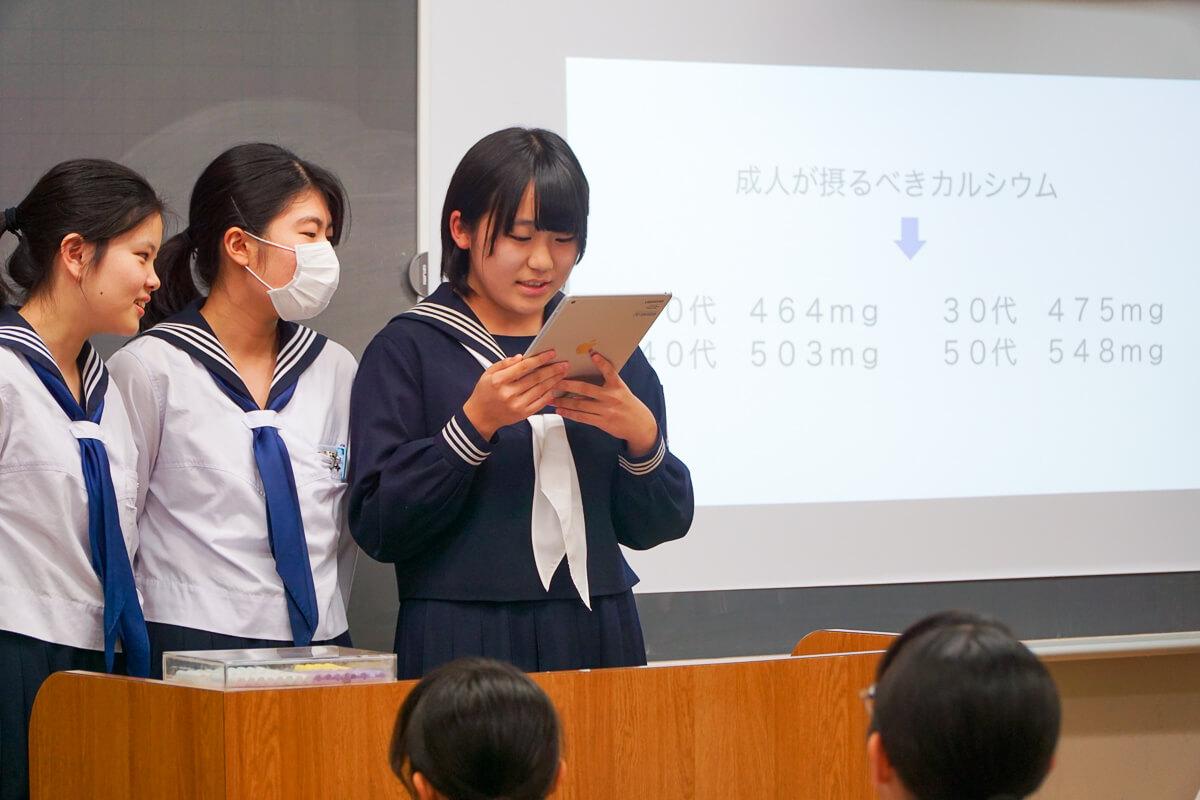 プレゼンをする共立女子中学校の生徒たち